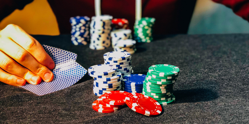 Cards and chips - How to play Texas Holdem? Easy Texas Holdem poker rules