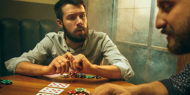 Men analyses opponent poker psychology and his poker playing styles