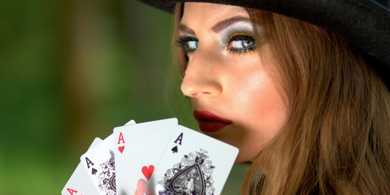 A girl with cards ir her hands - Irish poker rules