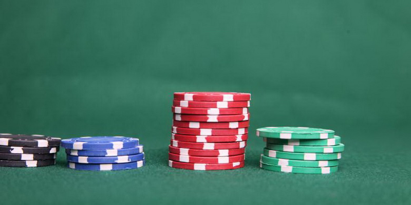 How to play indian poker - cards and chips