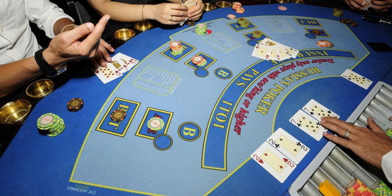 The dealer and players - Russian poker rules